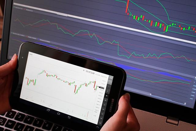 Sledujte živě finanční souboj velkých internetových společností