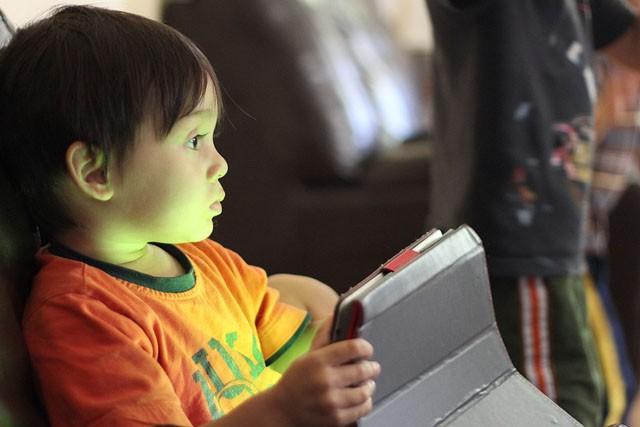 Kdy je ideální čas pořídit dítěti mobil?