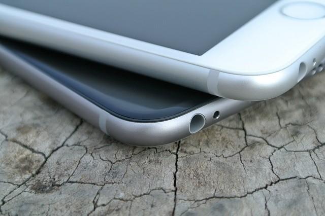 Některým iPhonům 8 se při nabíjení odlepuje displej