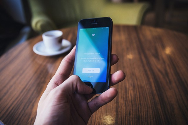 Twitter blokuje příspěvky dezinformačních webů