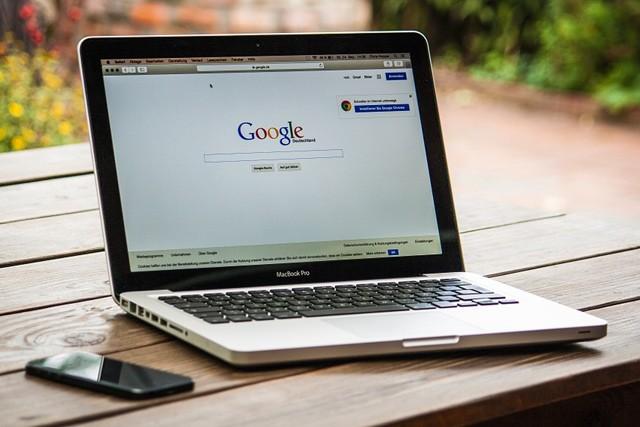 Google leze do soukromých účtů. Dáváme mu k tomu svolení!