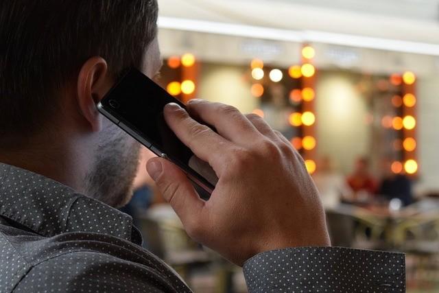 Ceny volání a SMS do EU klesly na polovinu