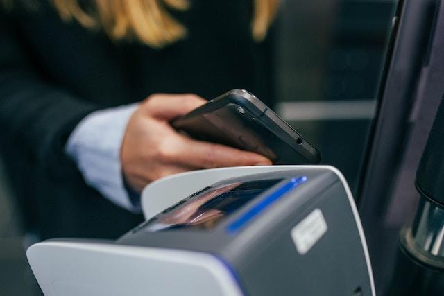 Velké srovnání: Které banky (ne)podporují platby mobilem?