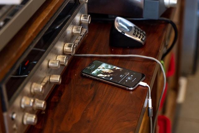 YouTube Music, Apple Music a Deezer čelí žalobě: autorům prý neplatí za poslech hudby