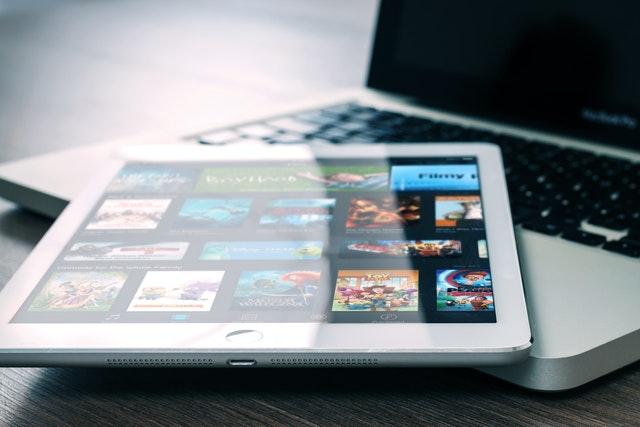 ČTÚ a Ministerstvo průmyslu vyzývají streamovací služby, aby snížily rozlišení videí