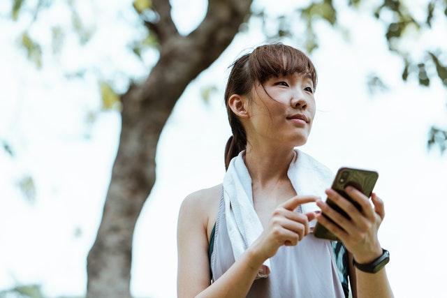 Japonské město zakáže používání telefonů při chůzi