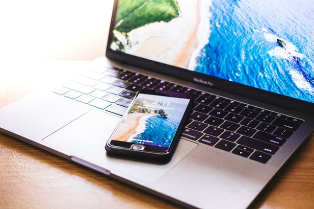 Dovolenková sezóna začíná: Jak je to s roamingem a voláním do zahraničí?