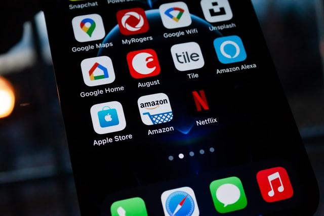 Velká Británie vyšetřuje Amazon a Google kvůli falešným recenzím