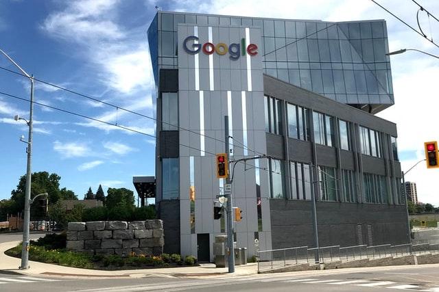 Google, Facebook a Netflix budou po zaměstnancích požadovat očkování proti koronaviru