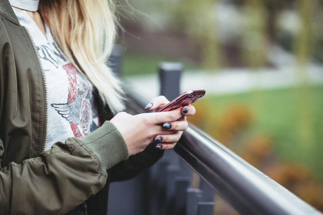 Kvůli výpadku Facebooku vzrostl počet odeslaných SMS až o 400 %